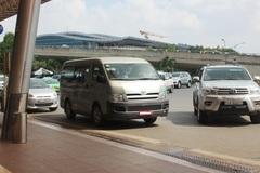 """Bất lực với xe công """"nằm lì"""" ở sân bay Tân Sơn Nhất"""