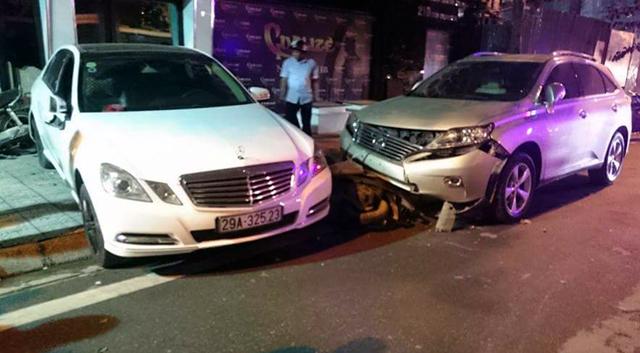 Hà Nội: Audi lật ngửa trên phố, Mercedes nhầm chân ga