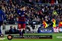 Messi uống thuốc khi đang thi đấu với Roma