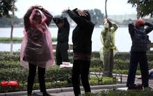 Người Hà Nội mặc áo mưa tập thể dục