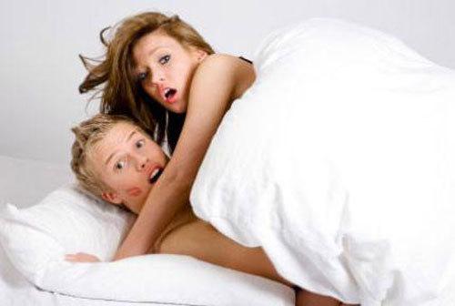 Bạn cùng phòng thản nhiên dẫn bạn trai về 'yêu' cả đêm