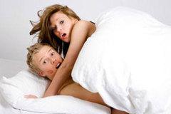 Bạn cùng phòng thản nhiên dẫn bạn trai về 'yêu' suốt đêm
