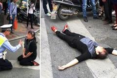 Bị cảnh sát bắt lỗi, nằm ườn ra đường xin xỏ