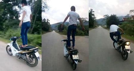 Triệu tập thanh niên trong clip đứng trên yên xe máy đang chạy