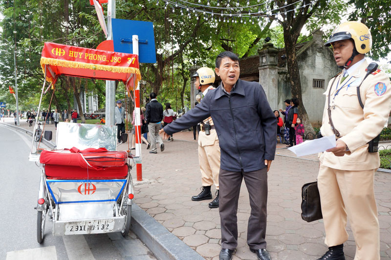 Hà Nội dẹp xích lô bám cửa đền Ngọc Sơn
