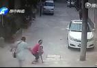 Kinh hoàng những chiêu thức bắt cóc trẻ em giữa ban ngày ngay trên tay cha mẹ