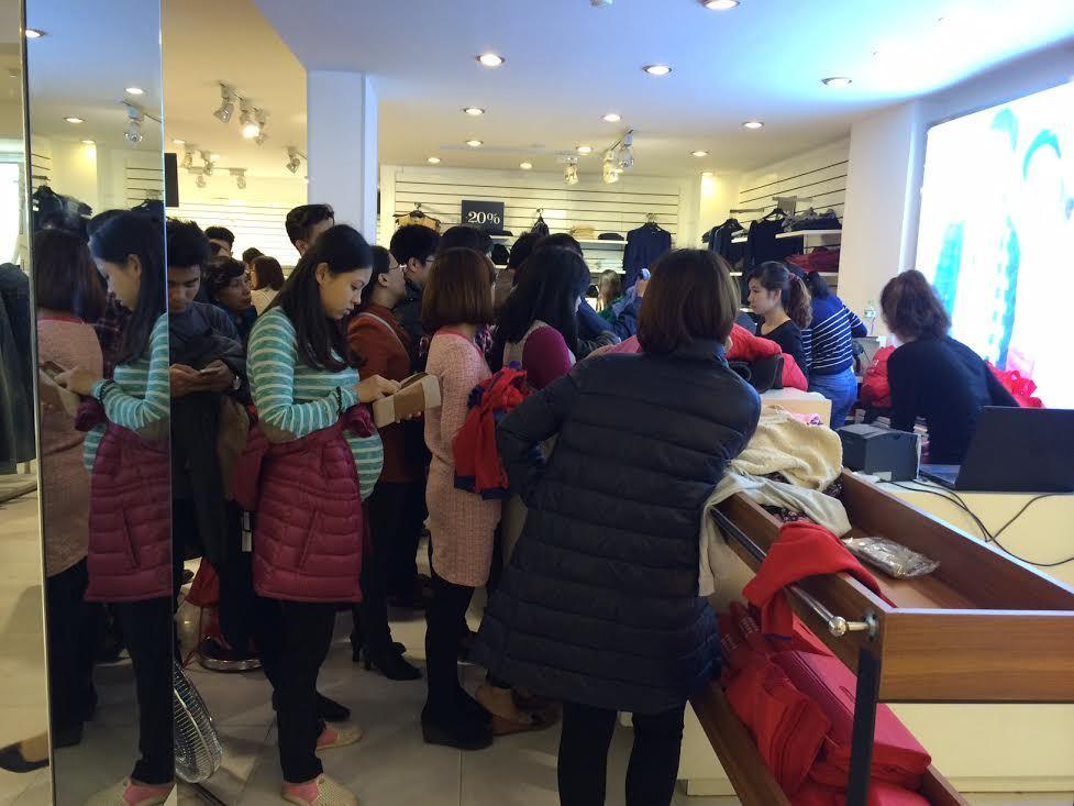 Nháo nhào mua hàng hiệu giảm giá ngày Black Friday
