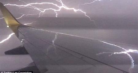 Rợn người máy bay 'chạy' xuyên tâm bão