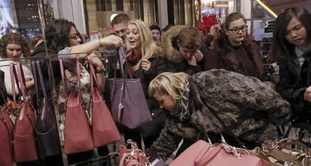 Đổ xô mua đồ giảm giá ngày 'Thứ Sáu đen'
