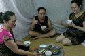 Rác nồng nặc, dân Thủ đô chui màn ăn cơm
