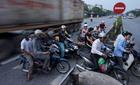 Hà Nội: Lạnh gáy cảnh sang đường như phim chưởng