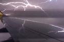Hành khách run sợ vì sét đánh máy bay sáng rực