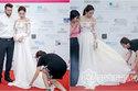Hoa hậu Kỳ Duyên lại gây tranh cãi khi để mẹ cúi gập người chỉnh váy