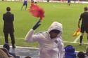 Tức tối, Diego Costa ném áo bib vào lưng Mourinho