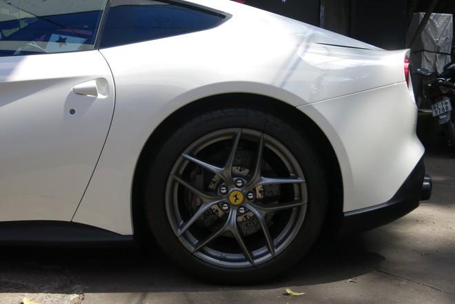 Siêu xe Ferrari F12 của thiếu gia Phan Thành xuống phố
