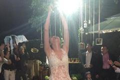 Diễm Hương mặc váy xuyên thấu trong đám cưới