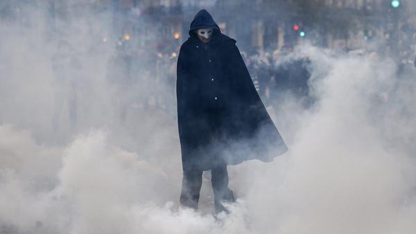 Đụng độ dữ dội ở thủ đô Paris