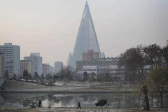 Triều Tiên dùng trực thăng kéo khách du lịch