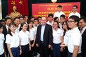 Chủ tịch Nguyễn Thiện Nhân tặng mũ rơm cho học sinh đoạt giải quốc tế