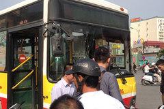 Thanh niên bất ngờ dùng mũ bảo hiểm đập vỡ kính xe buýt