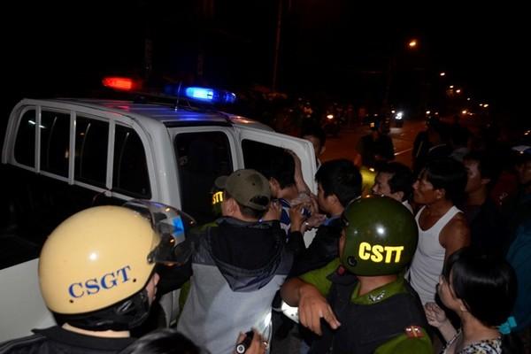 Hàng chục cảnh sát giải cứu tiếp viên bị khách kề dao vào cổ