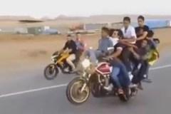 Clip xe máy chở 10 người bốc đầu trên đường phố