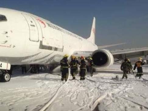 Máy bay hạ cánh khẩn cấp vì nổ lốp