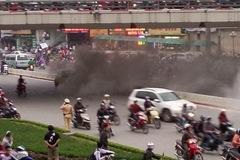Hà Nội: Đang chạy bon bon, ô tô bốc cháy đen kịt