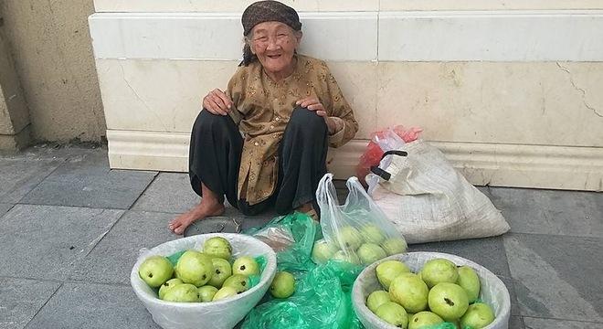 Cụ già 89 tuổi bán ổi khiến dân mạng phải xem lại mình