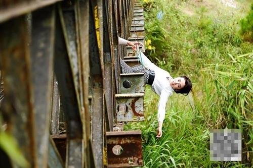 Hoài Linh hôn nữ diễn viên trẻ trên phim trường