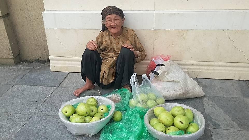 Bầu Đức mất 340 tỷ và bà già 89 tuổi bán ổi gây bão