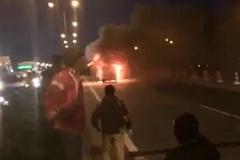 Ô tô cháy dữ dội, cầu Thanh Trì tắc toàn tập