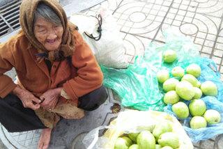 Sự thật đằng sau câu chuyện bà cụ 90 tuổi bán ổi giữa phố Hà Nội