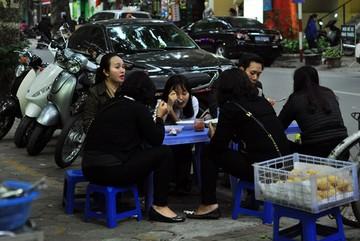 Quán cháo trai 30 năm đông khách ở Hà Nội