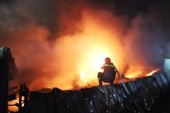 Hàng trăm cảnh sát dập đám cháy lớn ở công ty mũ bảo hiểm