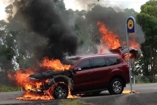 Nhà báo lái ôtô lật ngửa giữa đường