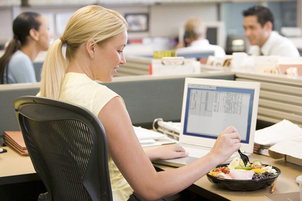 Bí kíp ăn trưa đúng cách giúp giảm cân của chị em công sở