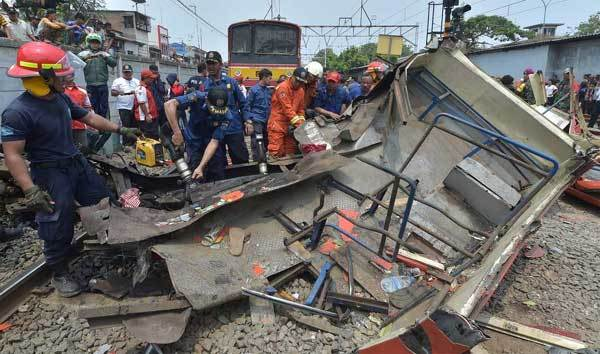 18 người chết, xe nát bét vì cố vượt tàu hỏa