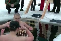 Xem tỉ thí cờ vua dưới hồ nước đóng băng