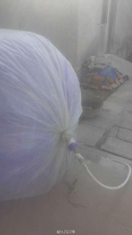 Toát mồ hôi với bà nội trợ dùng túi nhựa đựng khí gas để nấu ăn