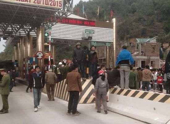 Dân tiếp tục vây trạm thu phí Hòa Bình vì mức thu cao