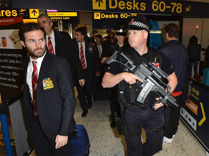 Cảnh sát lăm lăm tay súng bảo vệ sao M.U