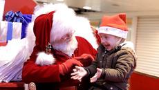 Ông già Noel nói chuyện với bé khiếm thính khiến dân mạng xúc động