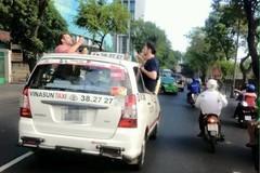 Tài xế chở 3 ông Tây nhậu trên nóc taxi nói gì?