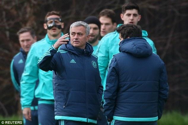 Mourinho không thèm nhìn mặt Diego Costa trên sân tập