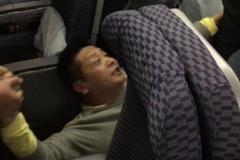 Giáo sư đòi ngồi ghế hạng nhất trên máy bay bị sa thải