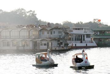 'Lâu đài di động': Chốn ăn chơi nổi tiếng Hồ Tây