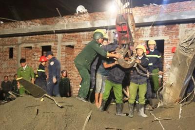 Hàng trăm công an, bộ đội ứng cứu vụ sập cây xăng – VietNamNet