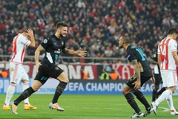Giroud bừng sáng, Arsenal lách qua khe cửa hẹp