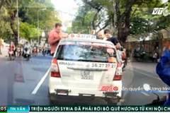 Clip: 3 'ông tây' nhậu trên nóc taxi gây náo loạn phố